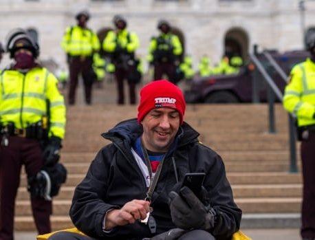 معترضان راست گرا در میان افزایش حضور پلیس در ساختمان های دولت ایالات متحده تجمع می کنند