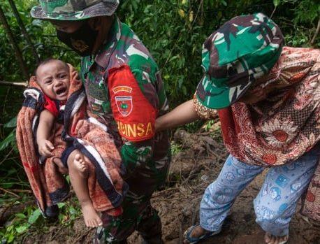 امدادگران اندونزیایی پس از زلزله مهلک اجساد بیشتری پیدا کرده و جاده ها را پاک می کنند